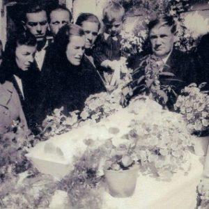 1956 r. Otwarta trumna ze zwłokami dziecka.