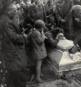 1969 r. Opłakiwanie zmarłego na trumnie.