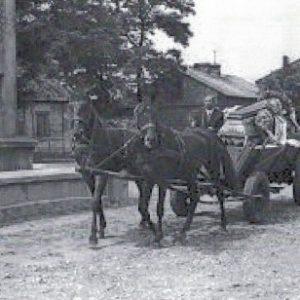 1978 r. Trumna na wozie podjeżdża do kościła