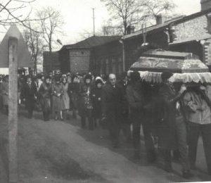 1985 r. Trumna niesiona z kościoła na cmentarz ok. 1,5 km.