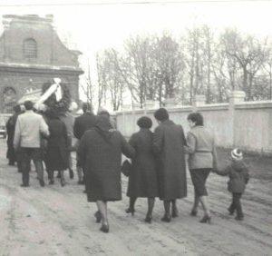 1985 r. Trumna niesina na ramionach do kościoła.