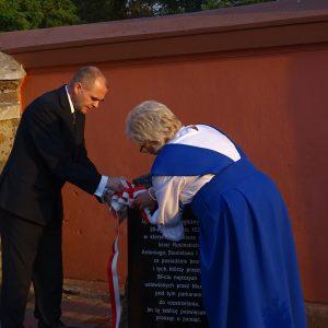 Odsłonięcie tablicy pamiątkowej przez wójta Gminy Kościelec Dariusza Ostrowskiego i prezes stowarzyszenia DOM Marię Szkudlarek