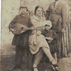 Rodzina Gustowskich. Janina Gustowska była przyuczona przez położną i potem sama odbierała wszystkie porody we wsi w latach powojennych do lat ok. 60-tych. Ludwik Gustowski pełnił rolę wiejskiego medyka Zatruwał a także wyrywał zęby, robił zastrzyki i ludziom, i zwierzętom. W czasie spotkań z miejscowymi wygrywał na mandolinie. Był też fryzjerem i golibrodą. Największą jego pasją było wędkarstwo i czytanie książek.