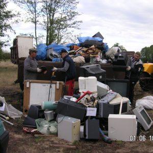 2012 r. Sprzątanie dzikiego wysypiska przez mieszkańców Dobrowa.