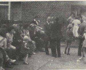 1975 r. goście weselni odpoczywają na podwórku