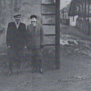 1960 r. Panowie stoją pod domem w miejscu obecnego domu Stanisława Klukaczyńskiego. Widoczna droga prowadzi do Państwa Matysów.