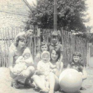 Podwórko u Perkowskich i pełen dzieci.