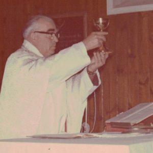 Sprawowanie mszy św. w kościółku podczas odpustu przez ks. Władysława Stopczyka.