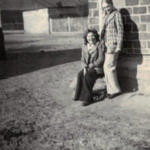 1975 r. Mariola i Katarzyna. W tle plac na którym obecnie jest ogród Zawadzkich.