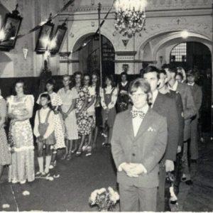 1975 r. Orszak z gości weselnych