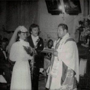Elżbieta i Wieńczysław Oblizajek. Wnętrze kościoła w trakcie zakładania boazerii.
