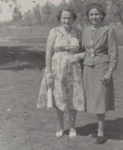 1958 r. park ogrodzenie- młode drzewa wokół parku. Zenobia Zarębska i Krystyna Łajdecka