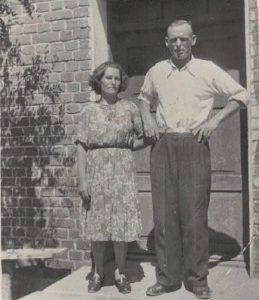 Kazimiera i Ignacy Gronowalscy przed swoim domem