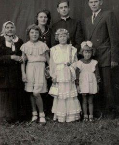 Rodzina Kokorzyckich i ks. Józef Prejser na parafii w latach 1954-1957 r.