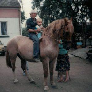 Ostatni koń we wsi. Czesław Andrzejewski z wnukiem