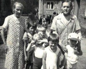 Teodozja Rzepecka i Marianna Zarębska oraz gromadka dzieci