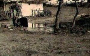 1898 r. Kobiety piorą w stawie.