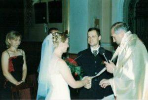 2003 r. Agnieszka i Marcin Wasiakowie. Slubu udziela ks. Piotr Głowacki