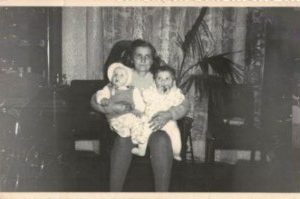 Marianna Perkowska z wnuczkami.