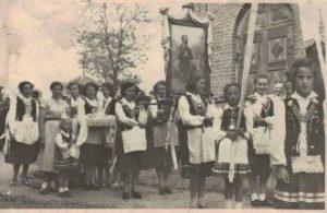 1956 r.Procesja odpustowa wkoło kościoła. Droga do kościółka była zalana - taka sytuacja miała miejsce dość często wylewała rzeka Teleszyna .