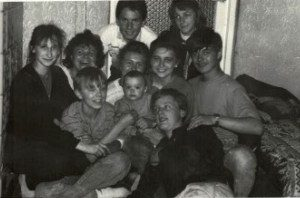1982 młodzież jeszcze wspólnie spędza czas –przed erą komputerów i telefonów