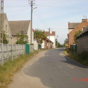 2005 r. Droga główna w Dobrowie.