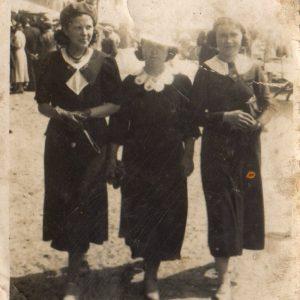 Kobiety w drodze do kościoła na niedzielną mszę. Czasy tuż po wojnie.
