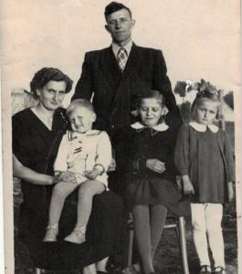 Rodzina Łaszkiewiczów z dziećmi: Gienią, Marysią i Januszem