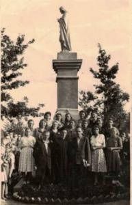 5. 1951 r. figura Pana Jezusa na cmentarzu dobrowskim ufundowana przez młodzież