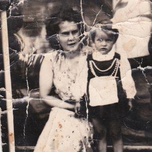 1960 r. Alfreda Kokorzycka z córką Aldoną.