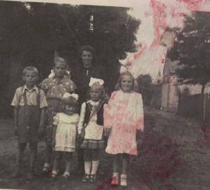 Marianna Rosińska z córkami: Haliną, Janiną,Krystyną i Aldoną oraz kuzynem