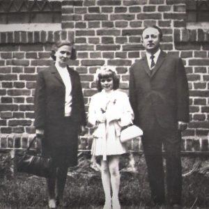 Mariola z chrzestnymi Krystyną Kołodziejek i Franciszkiem Jackiem
