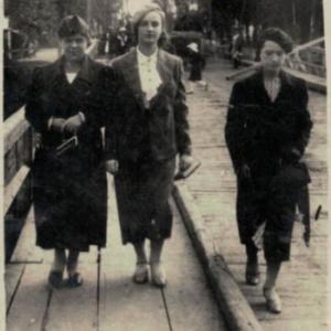 1940-Marianna Rosińska na drewnianym moście w Kole