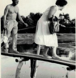 Maria i Alfons Łaszkiewicz na ławie na rzece Teleszynie.