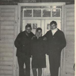 1960 r. Wejście do klubo-kawiarni. Od lewej Ryszard Graliński, Krystyna Rosińska, Bolek Kołodziejek