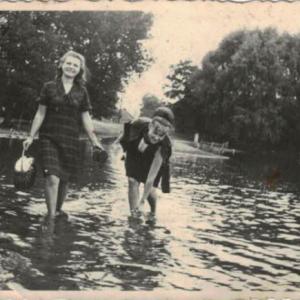 1958 r. Jezioro i mostek koło plebanii