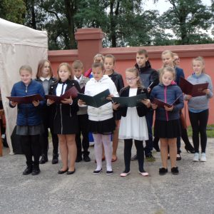 c.d. uroczystości - występ dzieci ze Szkoły Podstawowej z Dobrowa