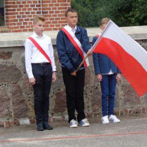 c.d. uroczystości - poczet sztandarowy ze Szkoły Podstawowej z Dobrowa