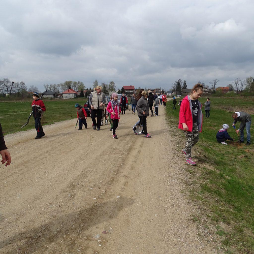 Grupa ludzi, w tym głównie dzieci i młodzież.
